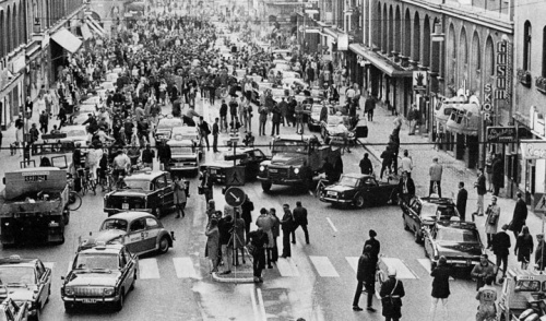 Primo giorno in Svezia dopo il cambio di modalità di guida, non più a sinistra ma a destra – 1967