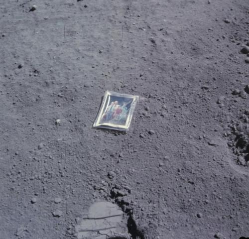 La foto abbandonata sulla Luna