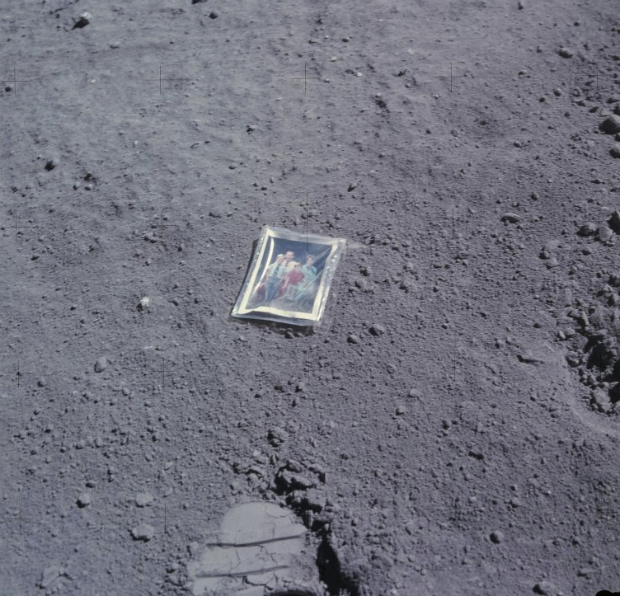 La foto lasciata sulla Luna